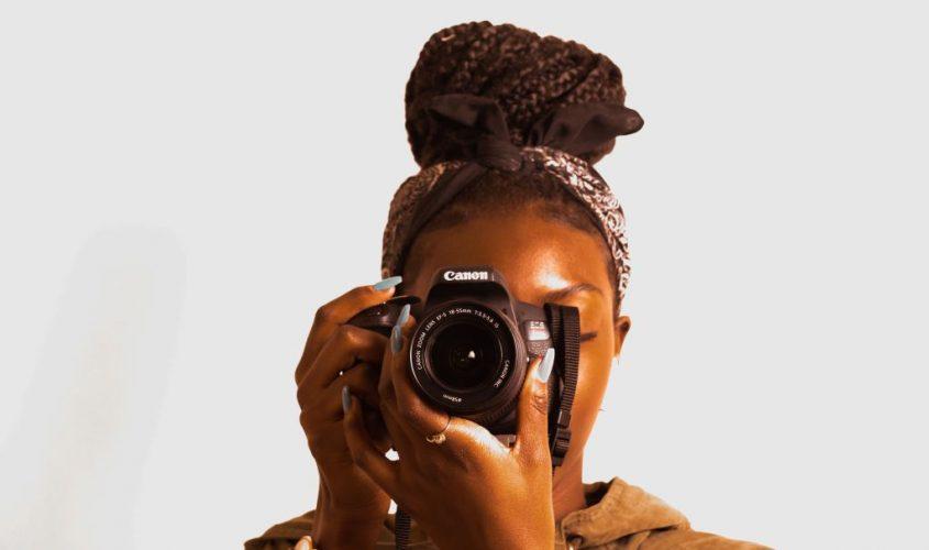 femme prenant photo